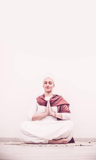 junge frau mudra, kundalini yoga asana üben - kundalini yoga stock-fotos und bilder