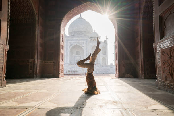 Junge Frau praktizieren Yoga in Indien im berühmten Taj Mahal bei Sonnenaufgang - Kopfstand Position upside Down-Menschen reisen Spiritualität Zen wie Konzept – Foto