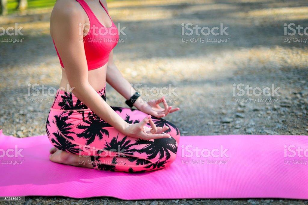 Junge Frau Yoga zu praktizieren. Meditation-Konzept. – Foto