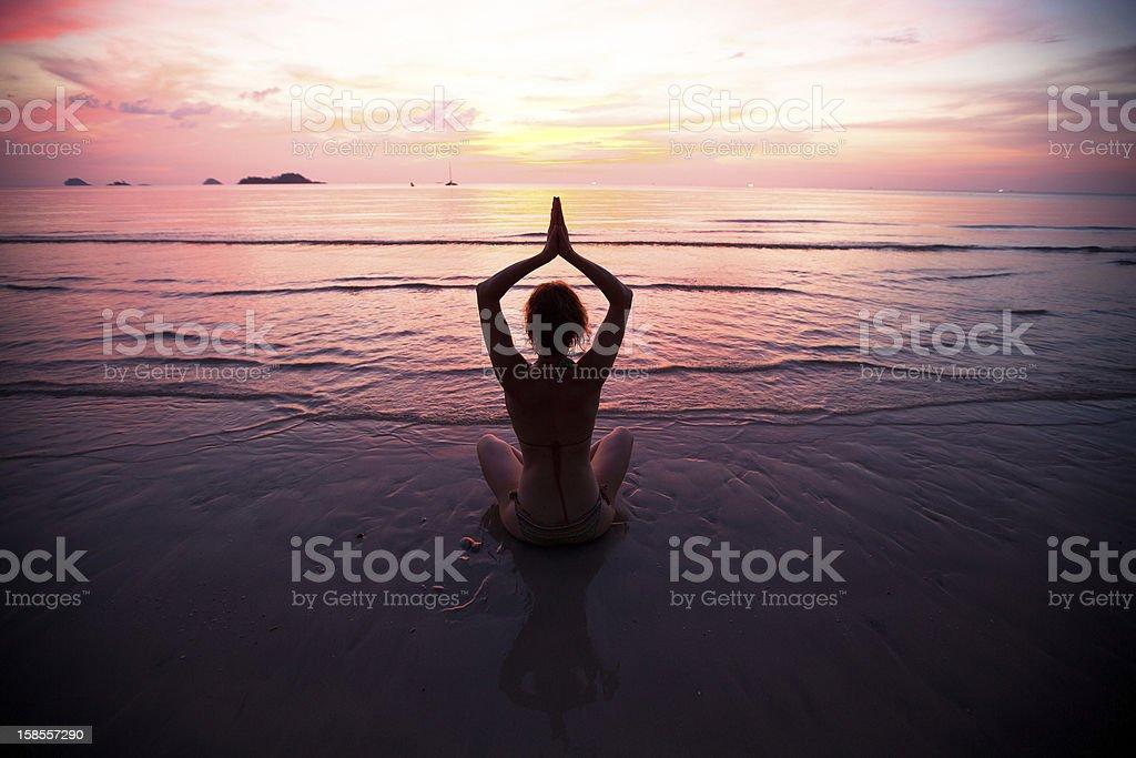 젊은 여자 연습 요가 노을지는 해안가의 royalty-free 스톡 사진