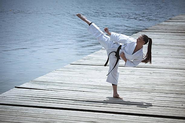 若い女性 練習 空手屋外 - 空手 ストックフォトと画像