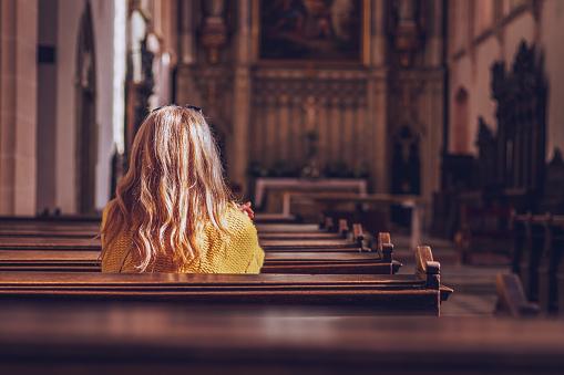 年輕女子在教堂裡祈禱和冥想天主教大教堂與宗教的標誌 照片檔及更多 一個人 照片