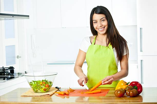 junge frau vorbereitung eine gesunde salat - peeling zu hause machen stock-fotos und bilder