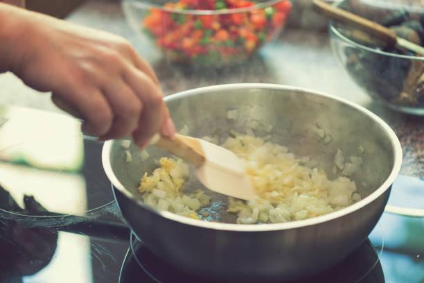 Junge Frau bereitet Paella – Foto