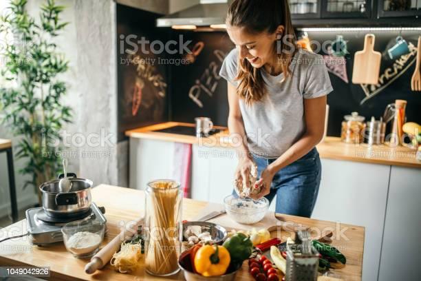 Young woman preparing pizza picture id1049042926?b=1&k=6&m=1049042926&s=612x612&h=fitqhapokzdtnhmybnfip7ydtqxolh286l3mhattjew=
