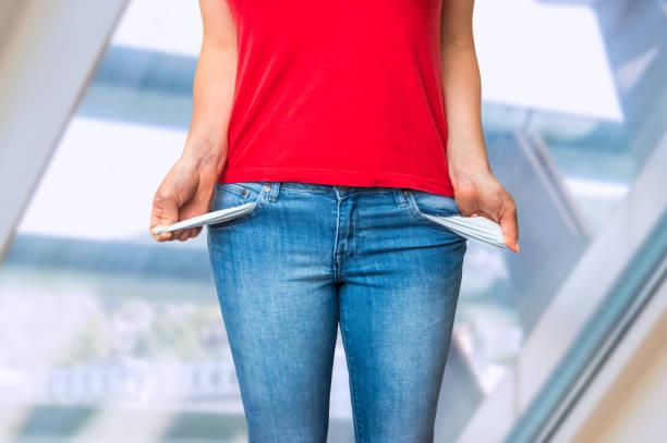 jeune femme tirant les poches vides - prêts immobiliers et crédits photos et images de collection