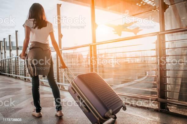 Havaalanı Terminalinde Bavulu Çeken Genç Kadın Kopyalama Alanı Stok Fotoğraflar & 13 - 19 Yaş arası'nin Daha Fazla Resimleri
