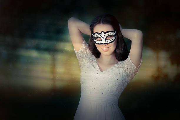 junge frau trägt eine gesichtsmaske - geheime garten parties stock-fotos und bilder