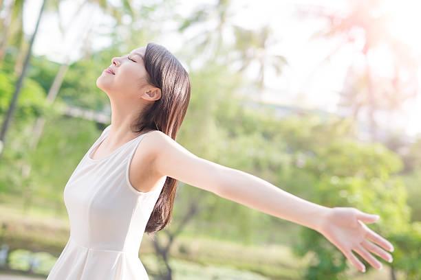 若い女性は彼女の腕を上げる - beauty and health ストックフォトと画像