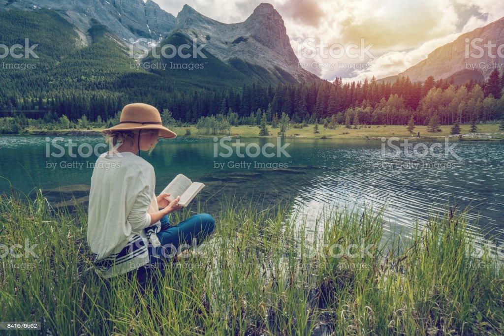 Frau Lesen am See – Foto