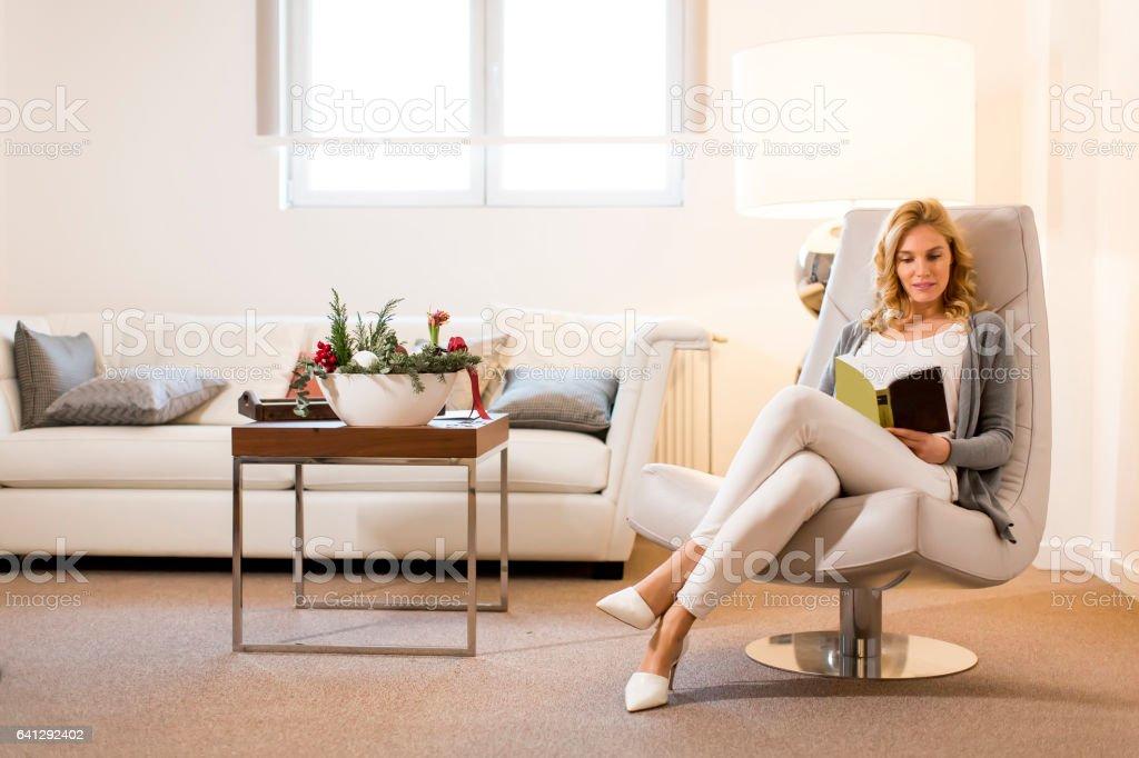 Mujer joven lee un libro  - foto de stock
