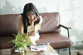 家で読書若い女性