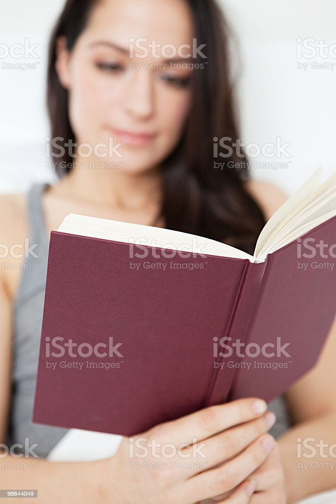Young woman reading book royalty free stockfoto