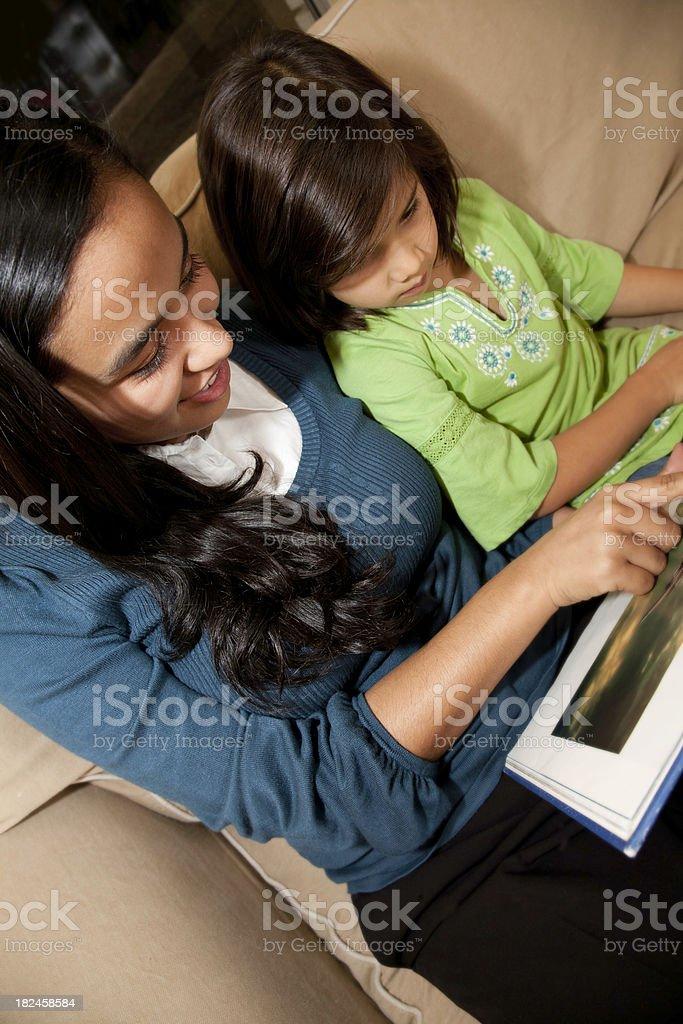 Libro de lectura de mujer joven linda niña foto de stock libre de derechos