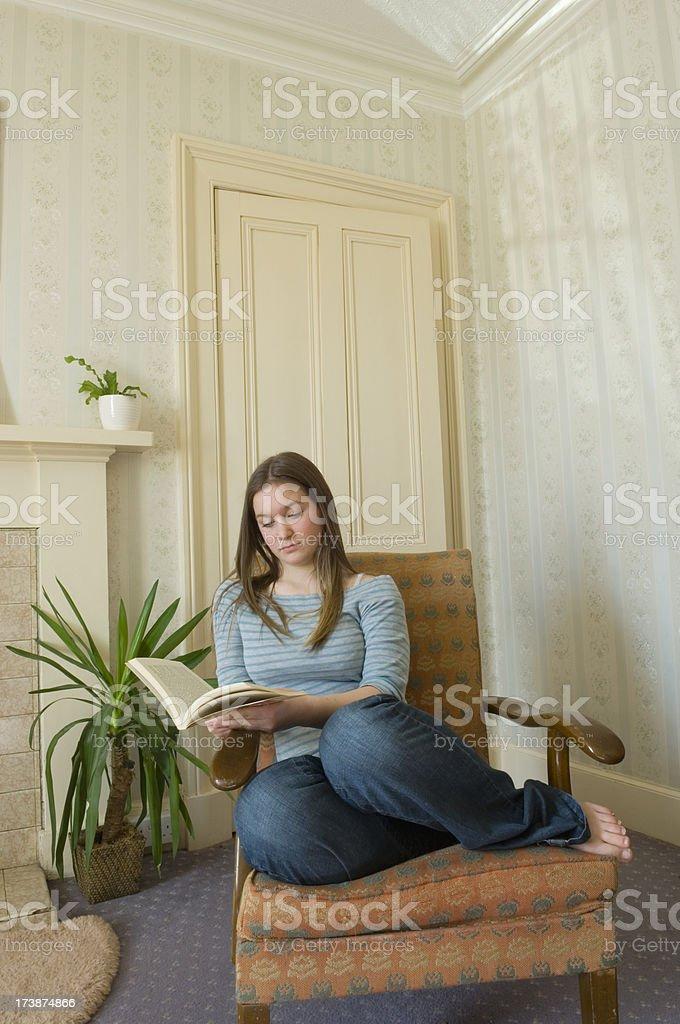 Молодая женщина, чтение стоковое фото