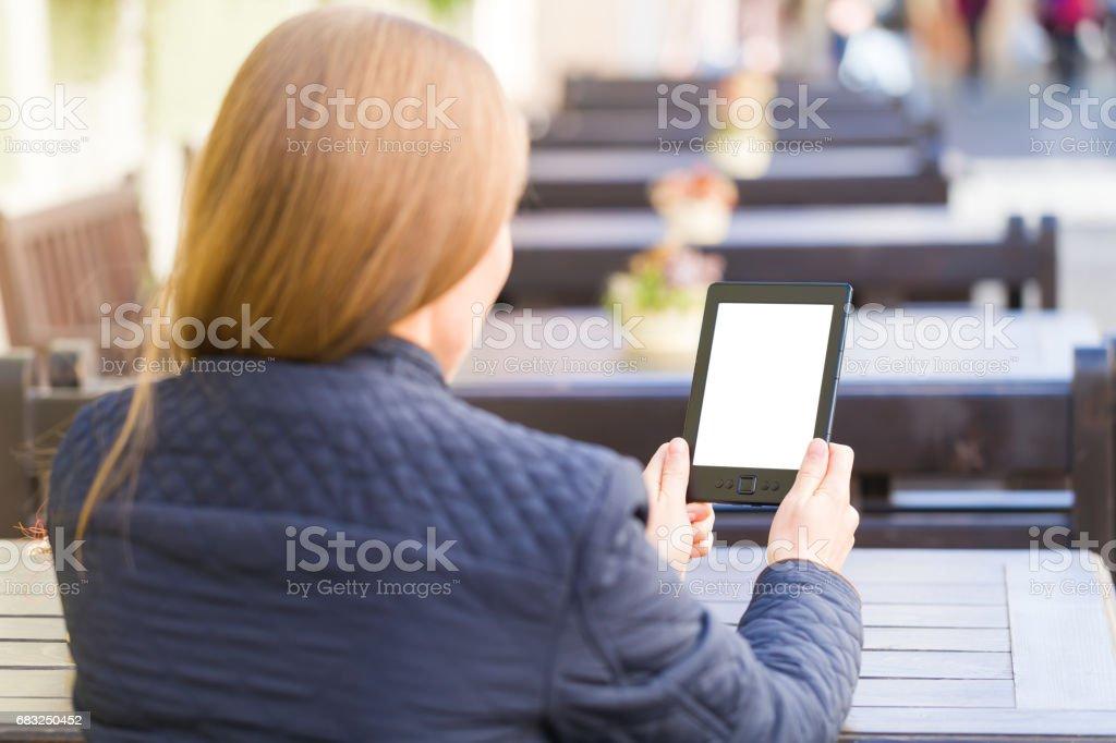 閱讀的年輕女人 免版稅 stock photo