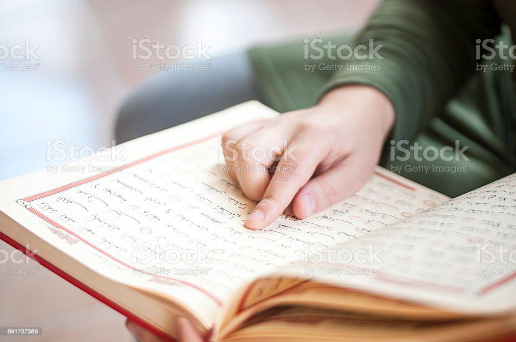 Junge Frau, die den Koran lesen – Foto
