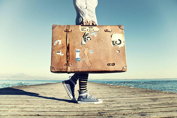giovane donna pronta a viaggiare con la valigia - donna valigia solitudine foto e immagini stock