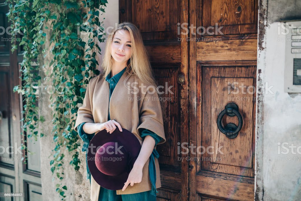 Young woman real estate city building door customer - foto de stock