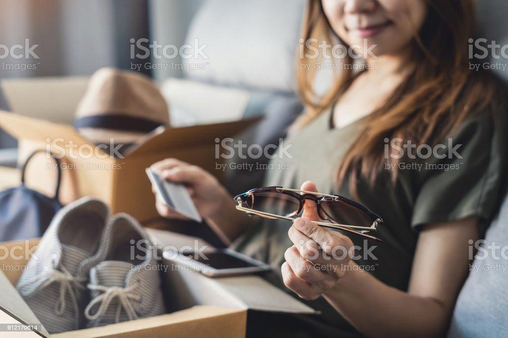 junge Frau empfing Online-shopping Paket öffnen Boxen – Foto