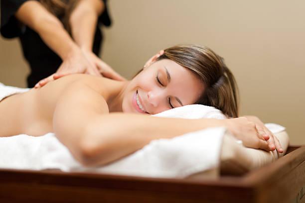 młoda kobieta otrzymania masażu - szwecja zdjęcia i obrazy z banku zdjęć