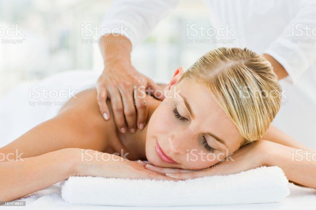 Junge Frau empfangende Schulter-massage im spa – Foto