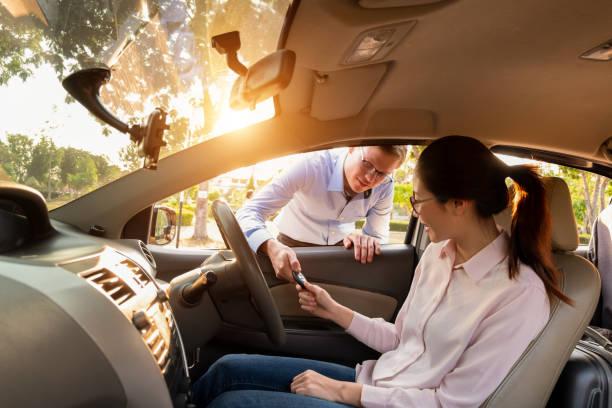 Junge Frau erhält die Schlüssel vom Händler, Verkauf Auto-Konzept – Foto