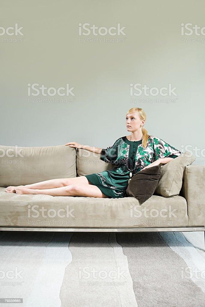 젊은 여자 캐주얼한 소파 royalty-free 스톡 사진