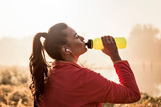Junge Frau Erfrischend nach dem Laufen – Foto