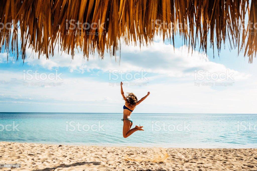 Jonge vrouw ontspannen op het strand. foto