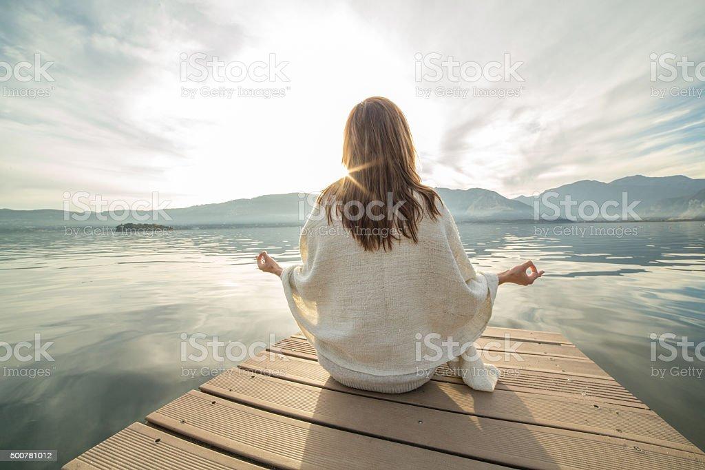 Junge Frau entspannt auf See pier, Fitness-yoga – Foto