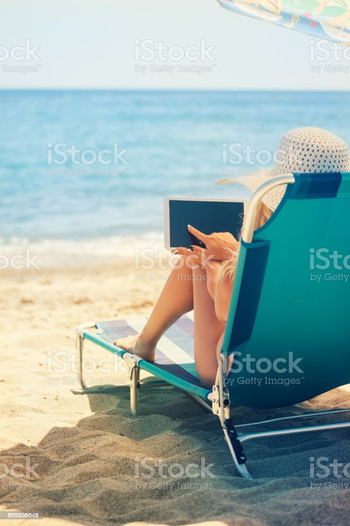 Young Woman Relaxing At The Beach foto stock royalty-free