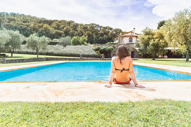 junge frau entspannung in ein resort-swimmingpool - italienische lebensart stock-fotos und bilder