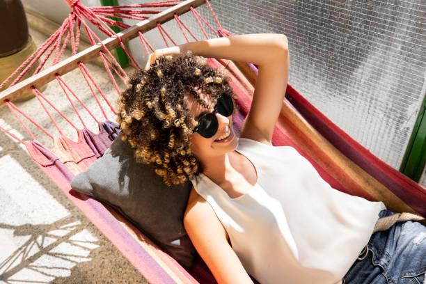 Junge Frau entspannen in Hängematte – Foto