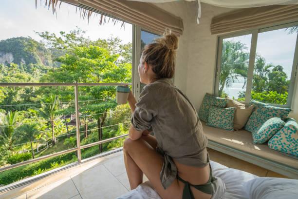 若い女性彼女の木の家は、タイでリラックス - 自然旅行 ストックフォトと画像