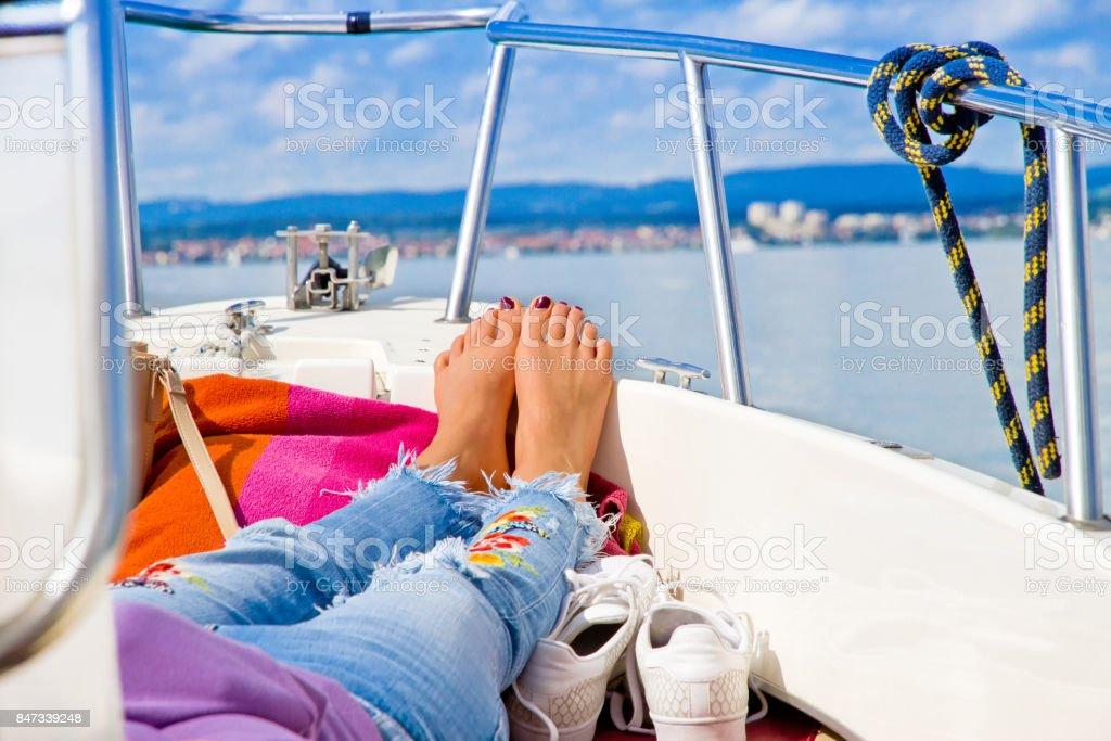 Entspannende junge Frau auf einem Boot – Foto