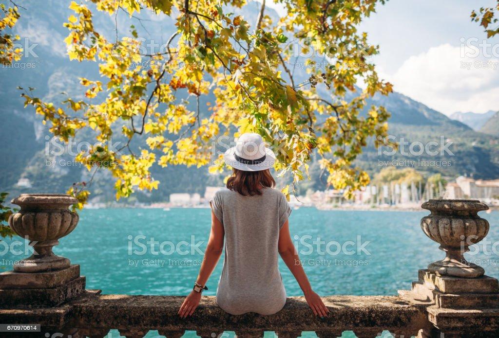 Junge Frau entspannen am schönen Gardasee – Foto