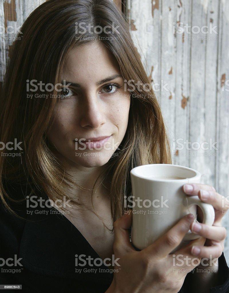 Junge Frau entspannend Lizenzfreies stock-foto