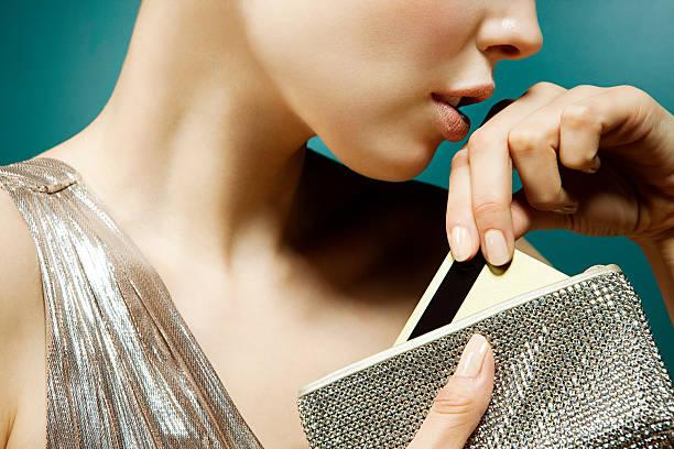 若い女性もクレジットカードのハンドバッグ ストックフォト
