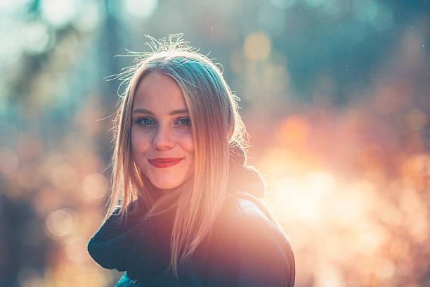 giovane donna a riposo nella foresta - woman portrait forest foto e immagini stock