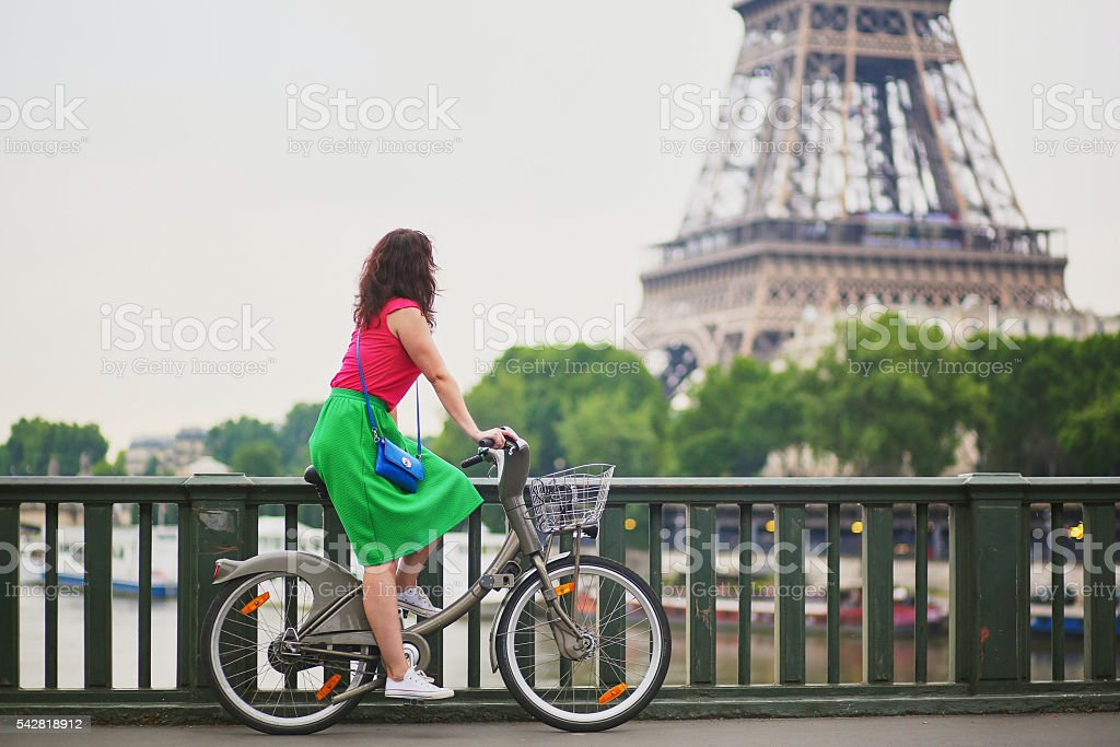 Young woman riding a bicycle in Paris – Foto
