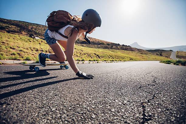 若い女性たスケートボードに乗る - スケートボードをする ストックフォトと画像