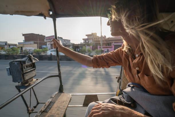Junge Frau reitet auf Rikscha in Indien Reisen und das Land entdecken – Foto
