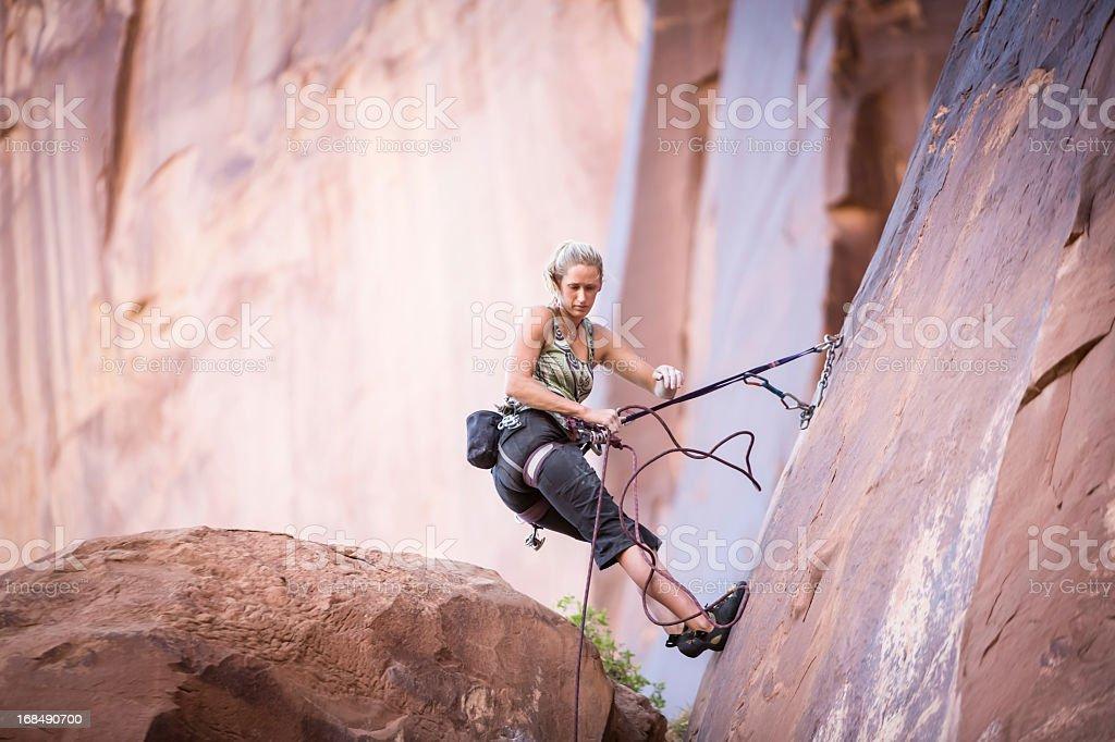 Mujer joven en un escalador de roca arenisca cliff - foto de stock