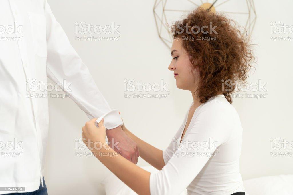 Jovem mulher, seu namorado as mangas - foto de acervo