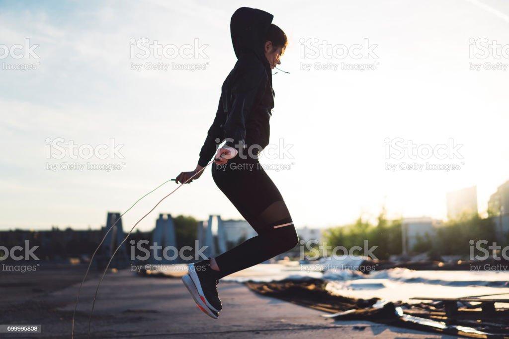 Junge Frau Seilspringen im freien – Foto