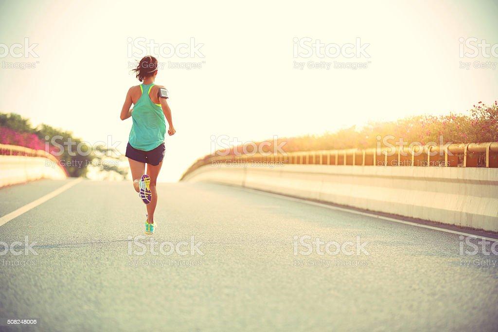 Junge Frau Läufer laufen auf city bridge road – Foto
