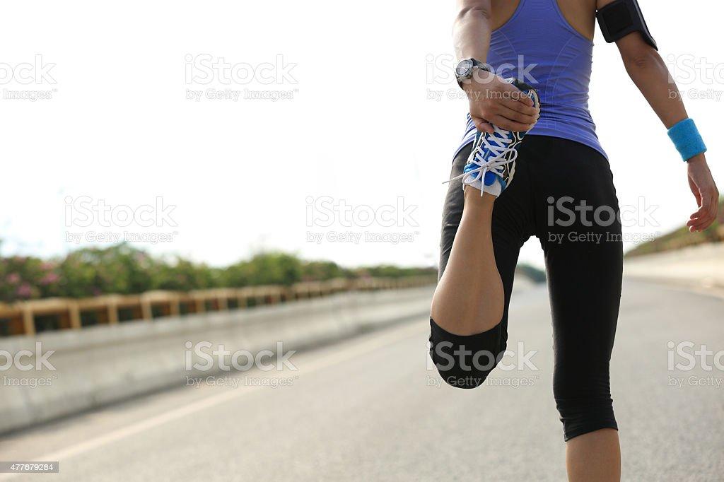 young woman runner caliente al aire libre - foto de stock