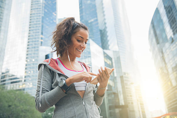 Young woman runner wearing armband and listening to music – Foto