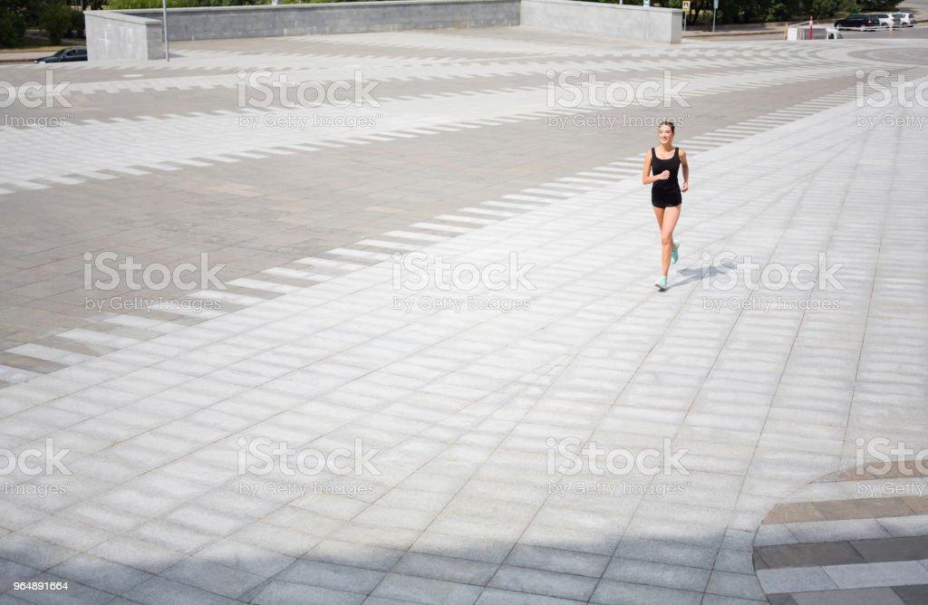 年輕女子在城市副本空間中運行 - 免版稅人圖庫照片
